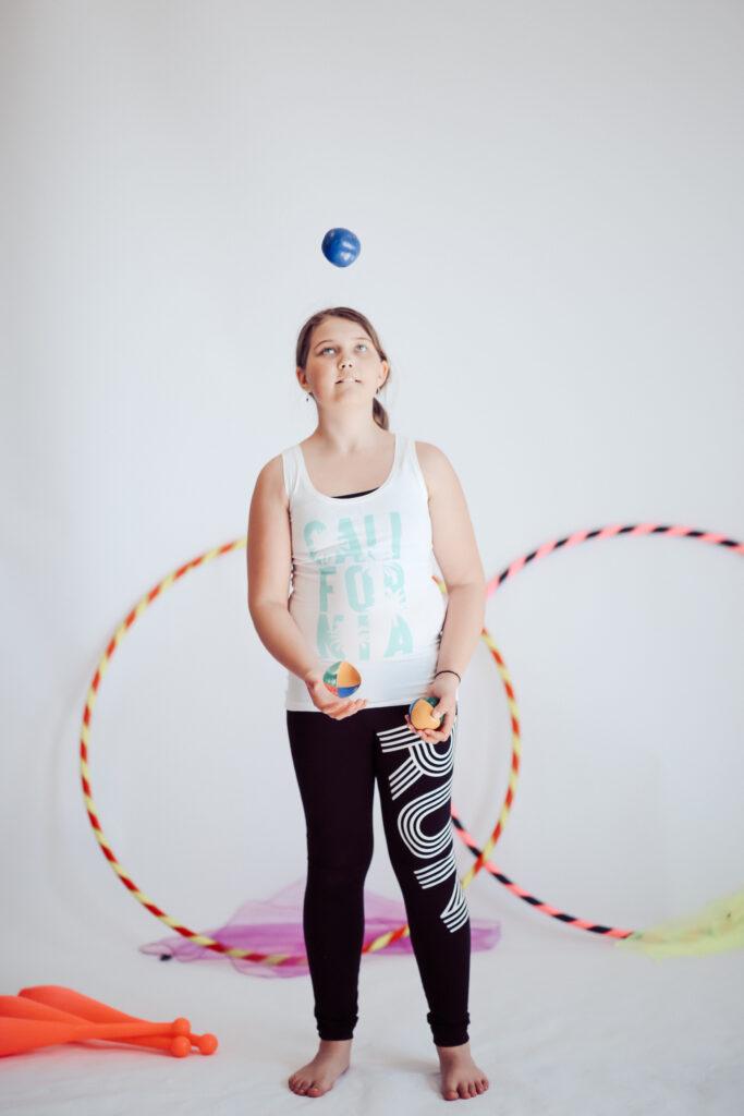 sirkus-jongleeraus-harrastus-lapselle-harrastus-lapsen-harrastus-seinajoki-sirkusmuudi