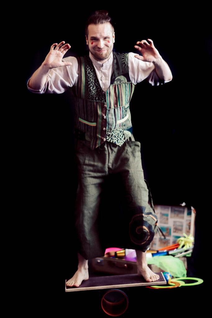 aikuiset-sirkus-sirkusharrastus-valinemanipulaatio-rolabola-tasapaino-seinajoki-sirkusmuudi-sirkus-muudi-