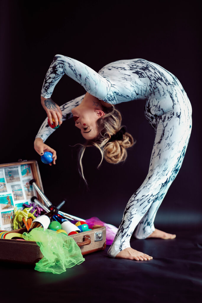 sirkus-sirkusesitys-notkeusakrobatia-contorion-seinajoki-esiintyjat-esittavataide-aikuiset-lapset-nuoret-perheet-sirkus-muudi-